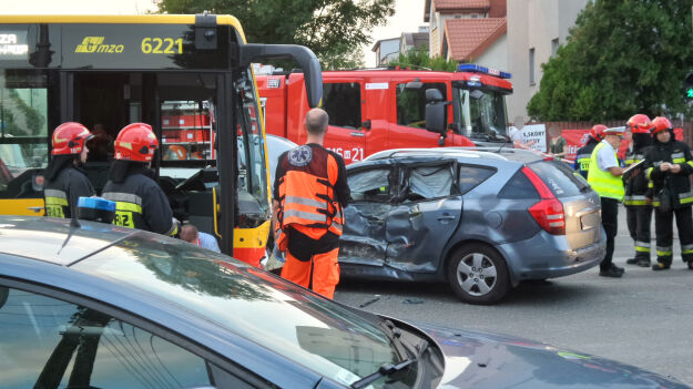 Zderzenie z autobusem. Trzy osoby w szpitalu