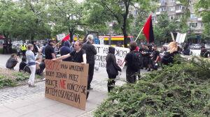 Anarchiści przed sądem i... przed sądem