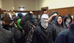 W maskach wtargnęli na wykład Środy. Szarpanina z ochroną