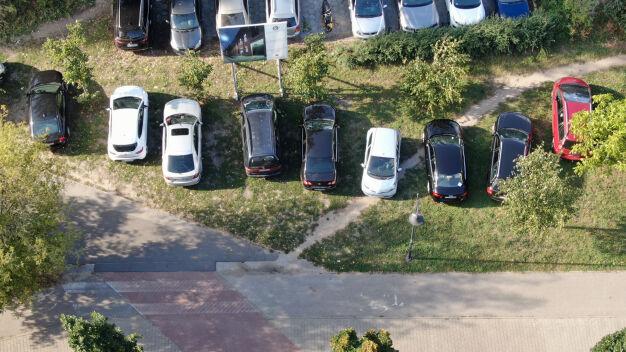 Parkowali, gdzie popadnie. Pod ziemią setki wolnych miejsc