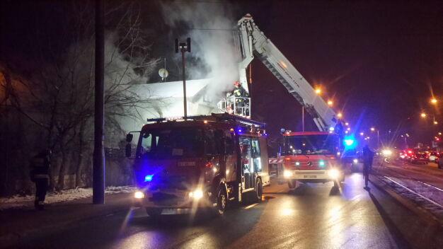 Pożar przy Słomińskiego. Akcja strażaków zablokowała ulicę