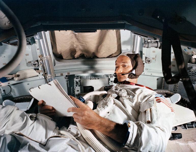 Astronauta Michael Collins podczas praktyk w symulatorze - zdjęcie z 19 czerwca 1969 roku (NASA)