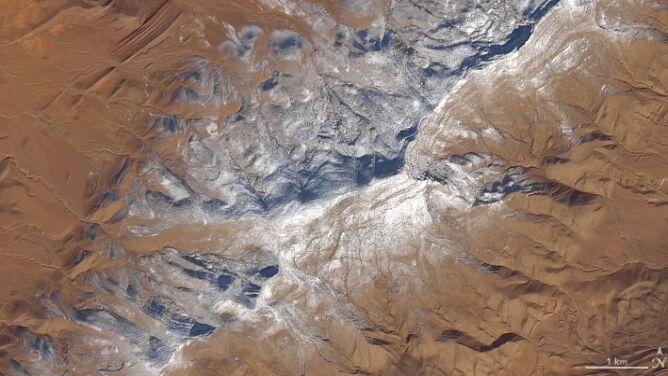 Nieziemska perspektywa. <br />Śnieg na Saharze widziany z satelity
